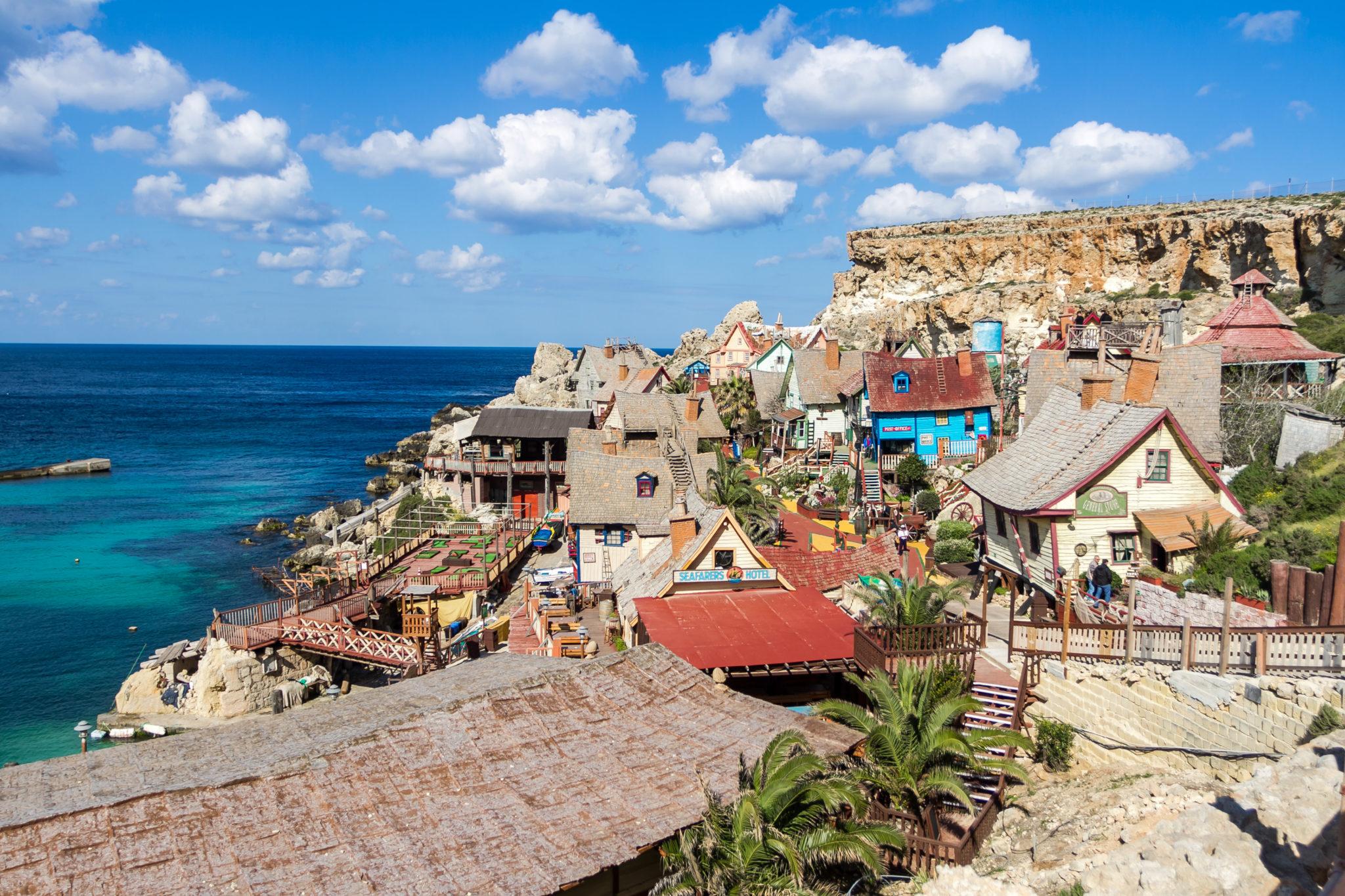 Popeye Village, Malta – paşi de copil printre noduri de timp